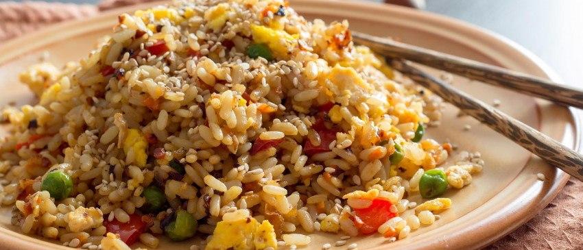 Nasi met gewokte kip in zoetzure saus
