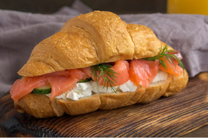 Koolhydraatarme lunch recepten: Koolhydraatarme croissant met gerookte zalm en roomkaas